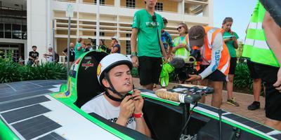 Coureur Vincent Taselaar maakt zich klaar voor de succesvolle rit op het circuit in Darwin. FOTO EPA
