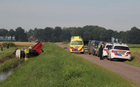 Tractor met aanhanger belandt in de sloot aan de Tweederdeweg in Nieuw-Buinen.