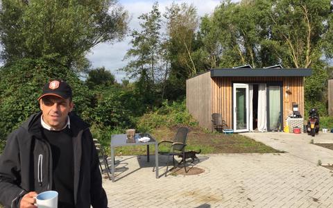Jeroen is tevreden met zijn wooncontainer, omwonenden zijn minder blij met het Skaeve Huse-project in Velserbroek.
