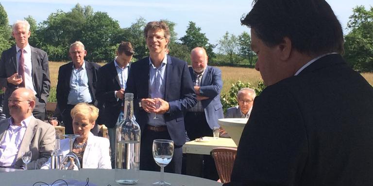 Jacques Tichelaar (r) spreekt Ard van der Tuuk (m) toe op diens afscheidsreceptie.