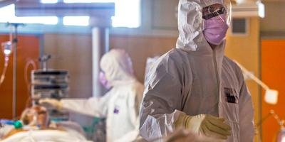 Personeel op een intensive care verzorgt een doodzieke coronapatiënt. © AP