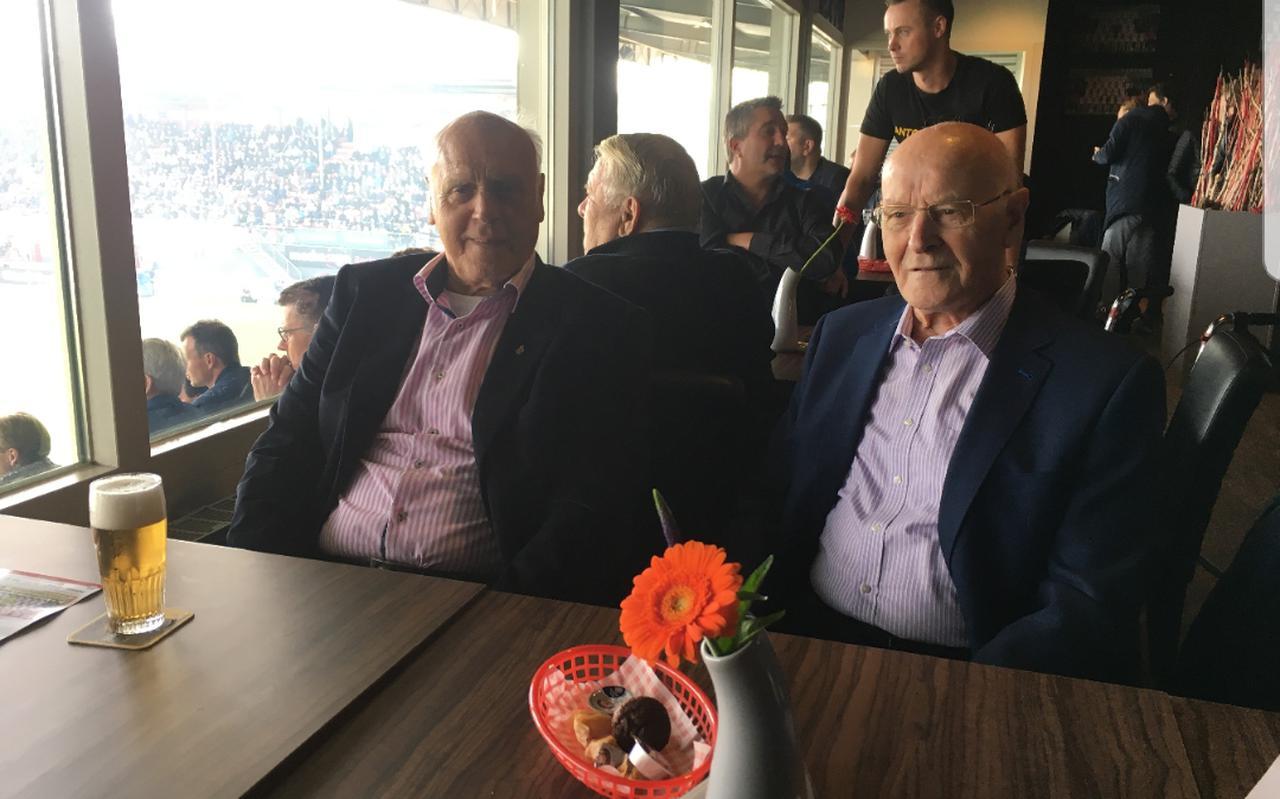 Bert Strating (links) in het stadion van FC Emmen.