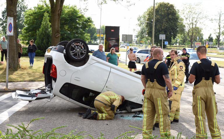 Auto belandt op de kop na ongeval in Emmen.
