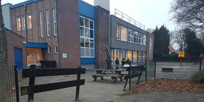 Bij basisschool Harm Smeenge wordt de schade opgenomen. Foto: Twitter/Bas Slomp