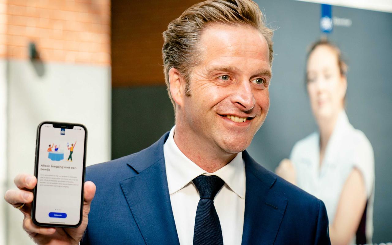 Gezondheidsminister Hugo de Jonge toont de CoronaCheck-app.