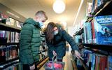 Tristan Deun en zijn moeder Karolien de Lange brachten woensdag nog een bezoek aan de bibliotheek in Hoogezand.