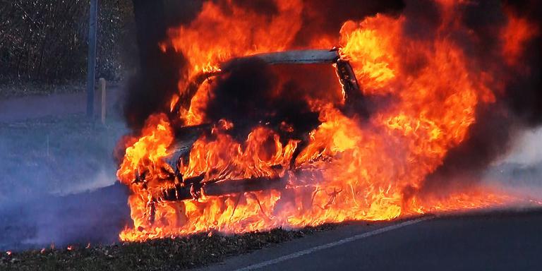 De auto stond volledig in brand. FOTO PERSBUREAU METER