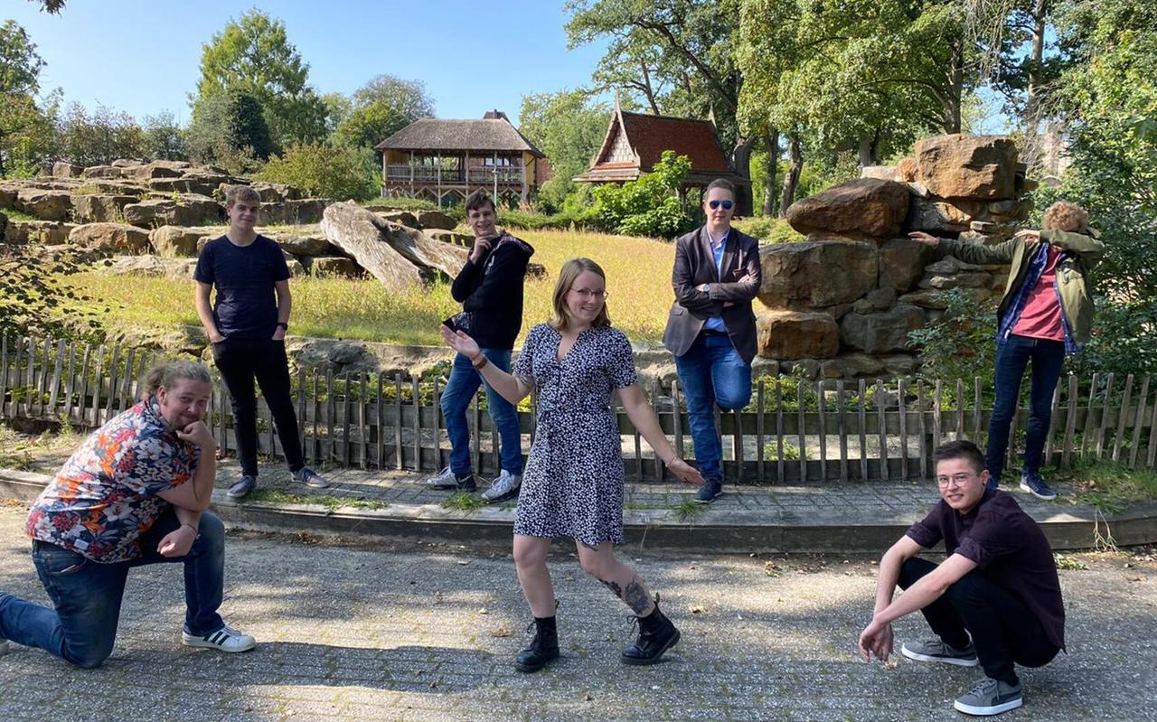De eerste officiële activiteit van de Drentse GroenLinks-jongeren was een picknick in september. Op de voorgrond Tineke Visscher, die samen met Tanno van de Kamp (links achter haar) het bestuur doet.
