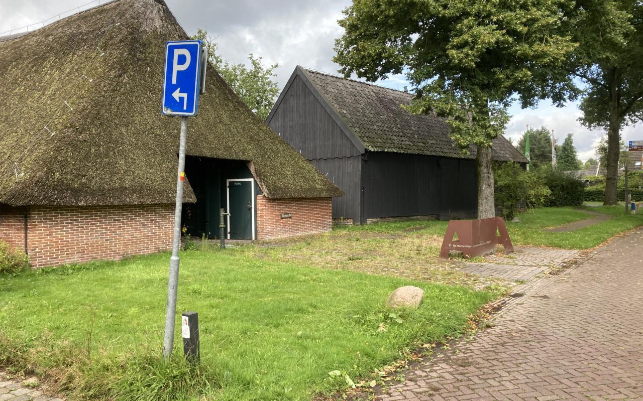 De Homanshof in Anloo met daarnaast de theeschenkerij in de schuur.