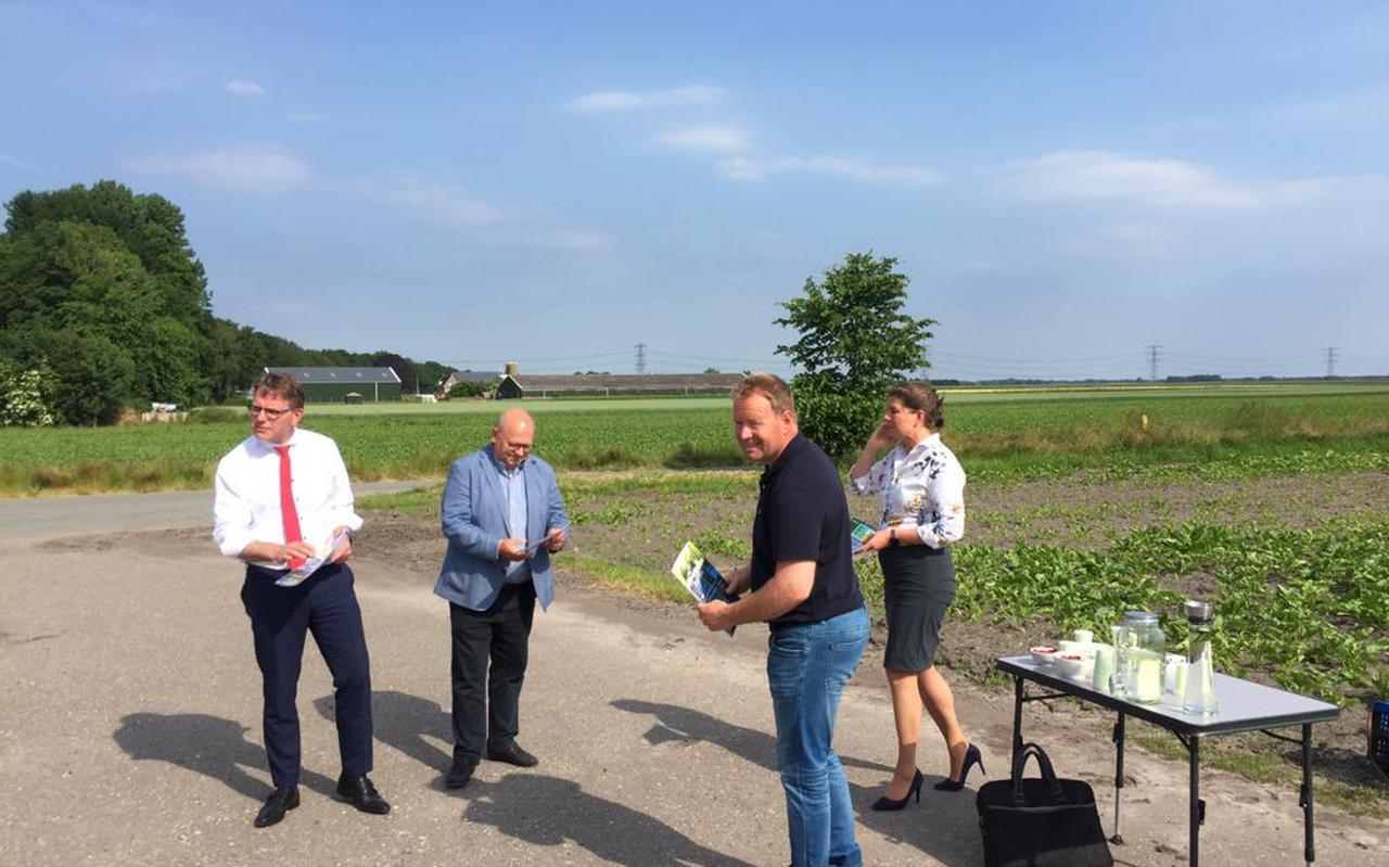 Voorzitter Siert van der Laan overhandigt de visie van zijn Werkgroep Tjuchem aan gedeputeerde Fleur Gräper, wethouder Jaap Borg (Midden-Groningen) en Groningen Seaports-directeur Cas König (vrnl).