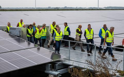 Bezoekers worden rondgeleid over zonnepark Vloeivelden Hollandia.