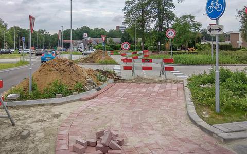 Omstreden kruising Angelslo in Emmen alweer op de schop; pas gelegde grijze tegels maken plaats voor gekleurde