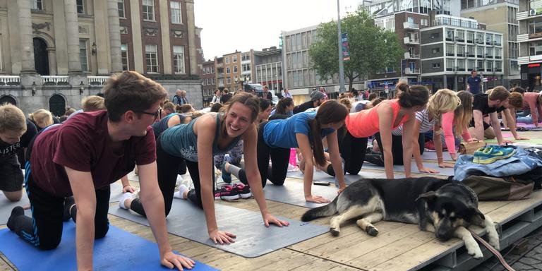 Yoga op de Grote Markt. FOTO DVHN/MATTHIJS SORGDRAGER