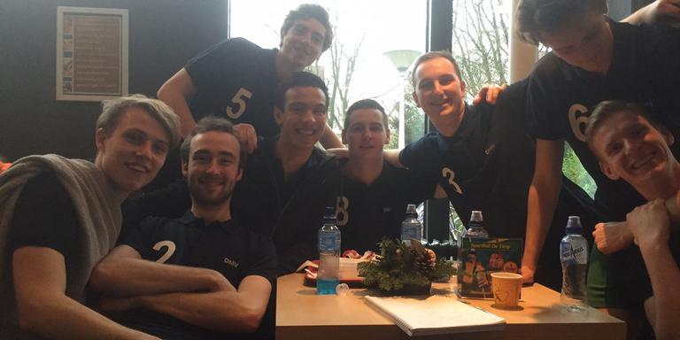 Het team van Gemini-Kangeroes na hun overwinning in de kantine van sporthal De Timp.