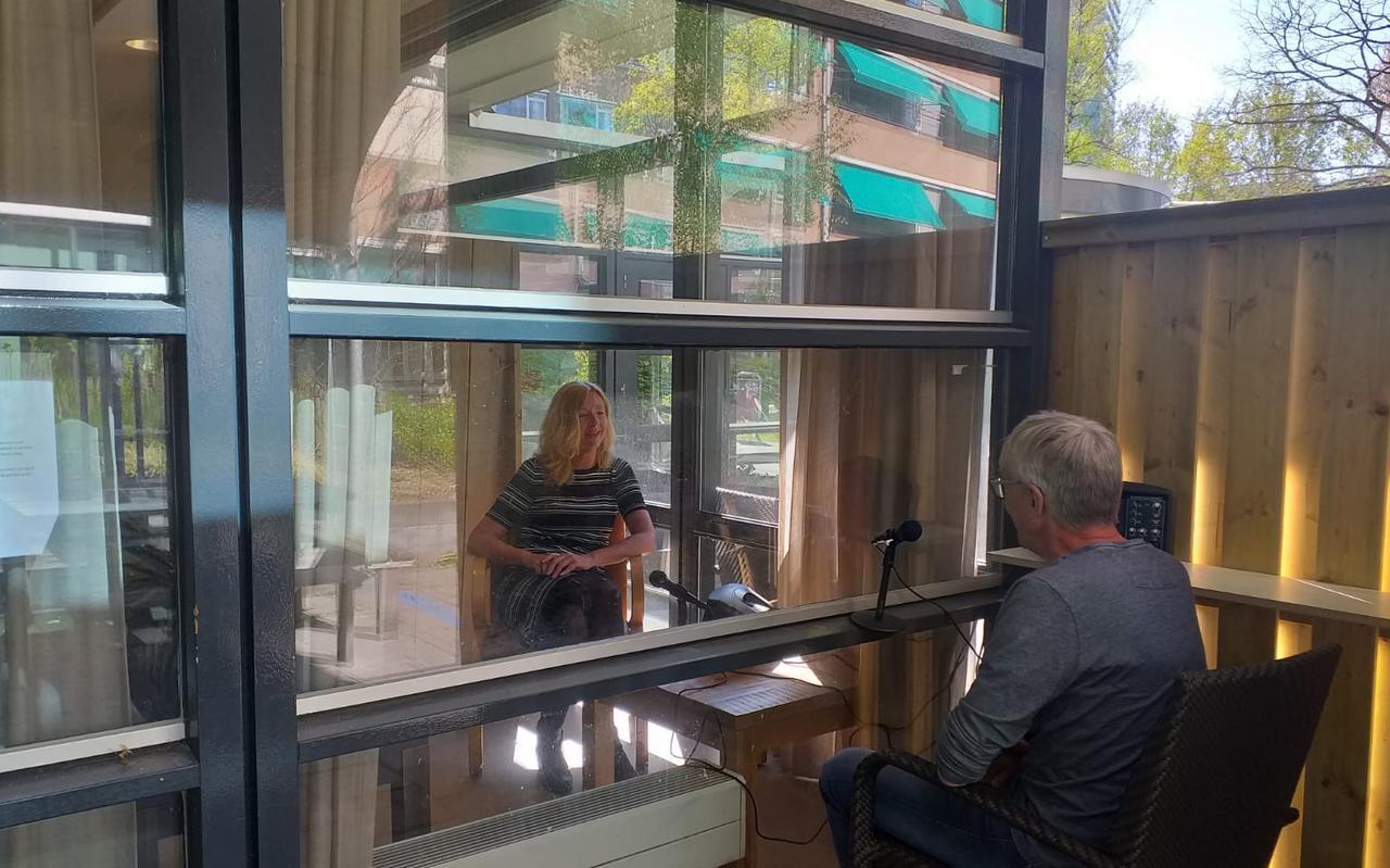 Medisch directeur Inge Pesch van Dignis en een collega testten in april de kijk-luisterverbinding in het Heymanscentrum in Groningen, die werd opgezet vanwege de coronacrisis. Foto: Dignis/Siets Nobel