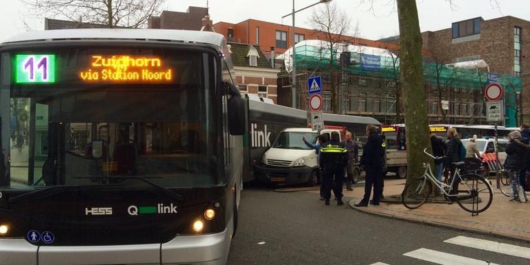 Bus rijdt busje aan in Groningen. FOTO DVHN