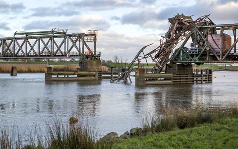 De Friesenbrücke, de spoorbrug over de Eems bij Weener, werd in december 2015 geramd door een vrachtschip.