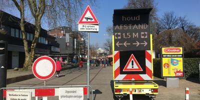 Minimaal anderhalve meter afstand houden tot anderen. Die boodschap werd vrijdag luid en duidelijk verkondigd op de markt in Emmen.