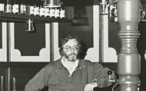 Klaas Pol, de bedrijfsleider die onlangs overleed,  achter de bar van Tarantula.