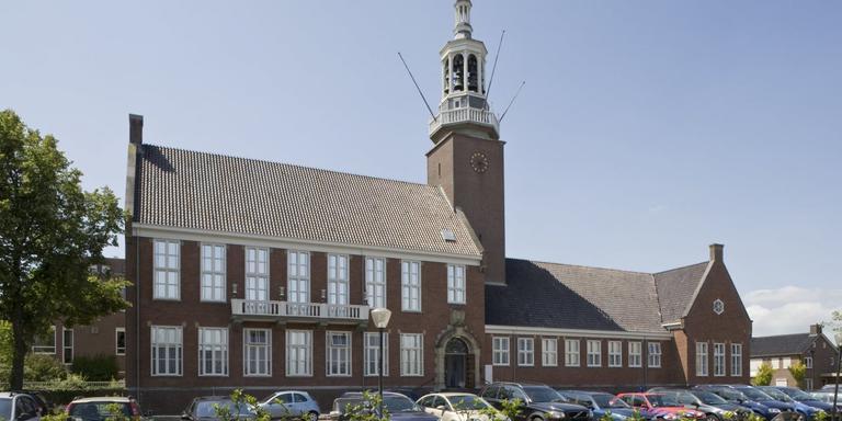 Het raadhuis in Hoogeveen. FOTO WIKIPEDIA COMMONS/C.S. BOOM/CC BY-SA 3.0