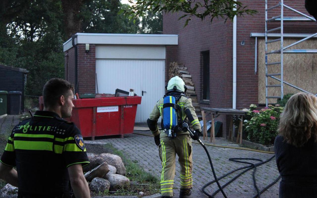 Brandweer en politie bij brand in woning Valthe. Foto: Harm Meter.