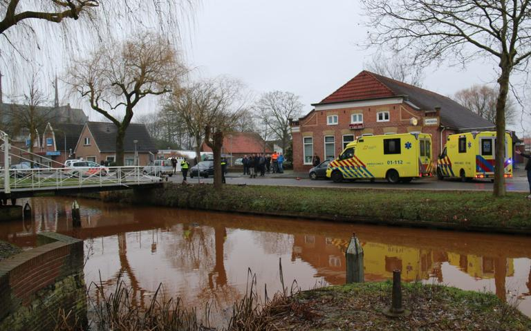Auto belandt in water na botsing in Oude Pekela, twee gewonden naar het ziekenhuis.