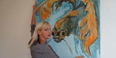 Anneke Verstegen toont een deel van haar veelzijdige werk.