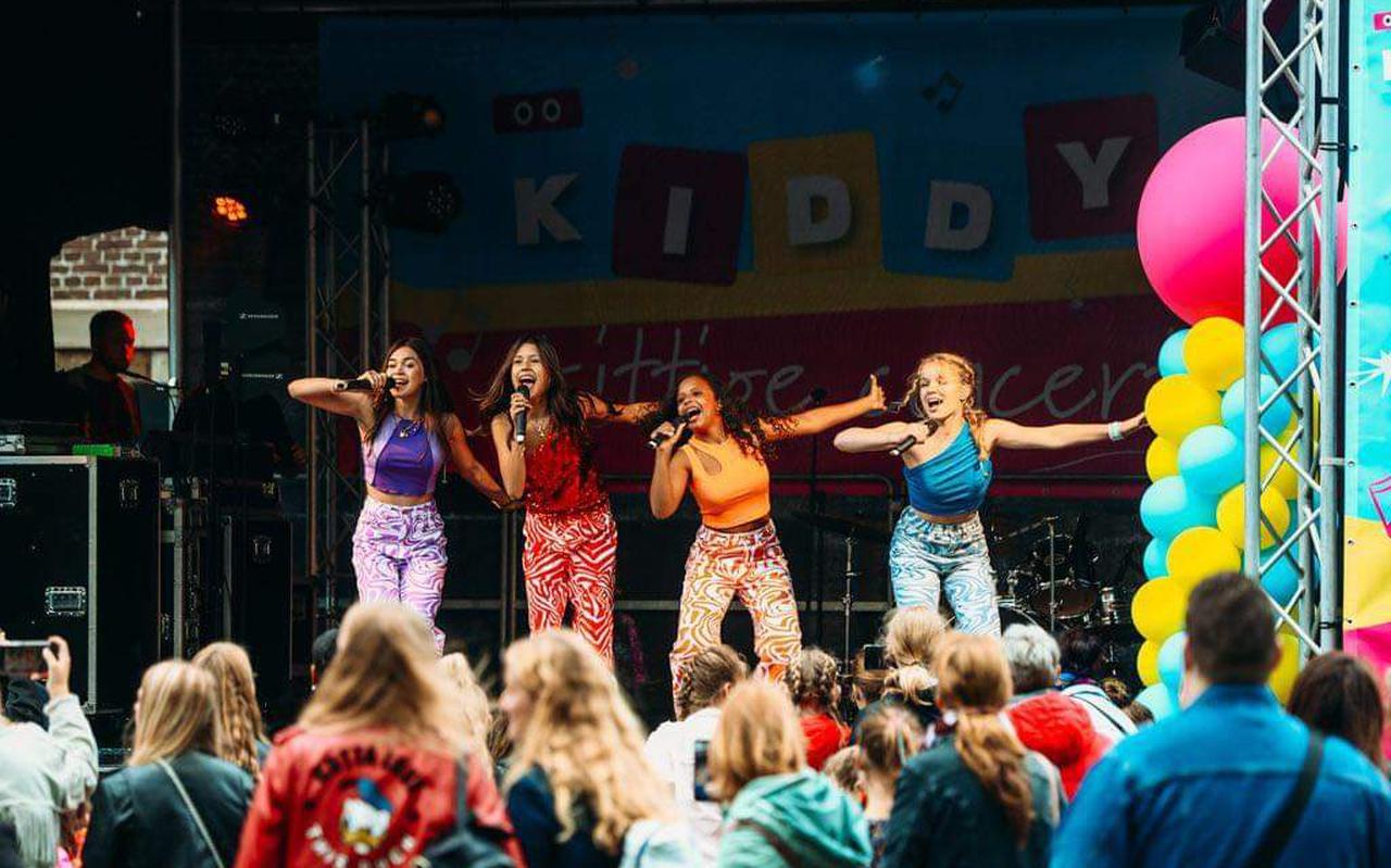 De meidengroep Unity treedt op tijdens Kiddy's Kittige Concert in Emmen.