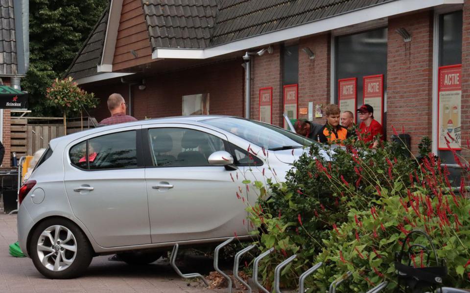 Automobilist geeft een dot gas en knalt tegen muurtje van Coop-supermarkt aan de Dorpsstraat in Vledder