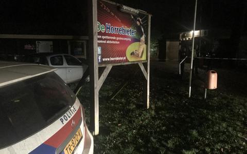 De politie doet onderzoek op de avond van de schietpartij.