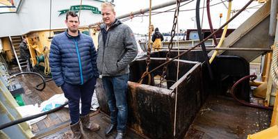 De broers Frits (links) en Klaas op de LO28 (Mare Frisicum) aan de kade van Lauwersoog.
