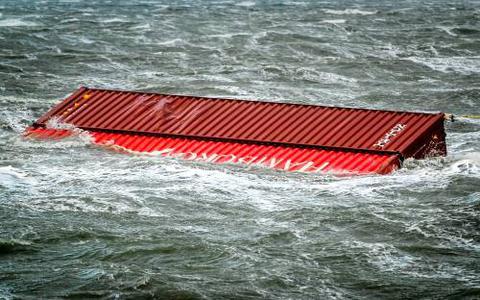 Een losgeslagen container van MSC Zoe, onderdeel van de containerramp boven de Waddeneilanden.