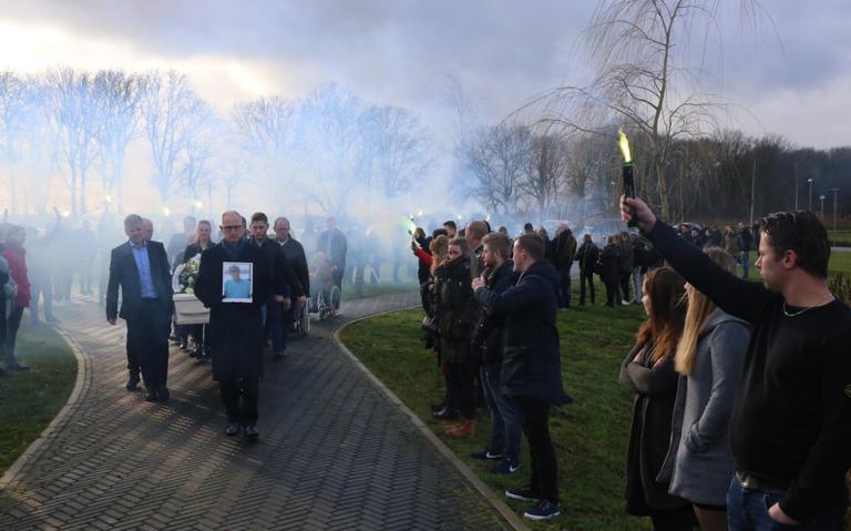 Supporters nemen met groene fakkels afscheid van overleden FC Groningen-fan Johan Kardas (49)