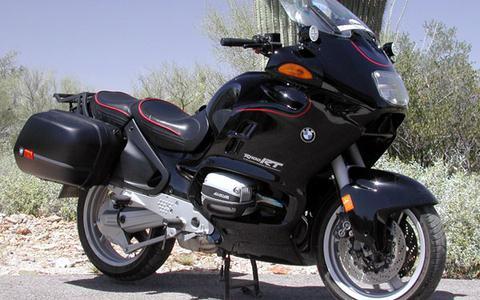 Foto van een BMW R1100 RT ter illustratie.