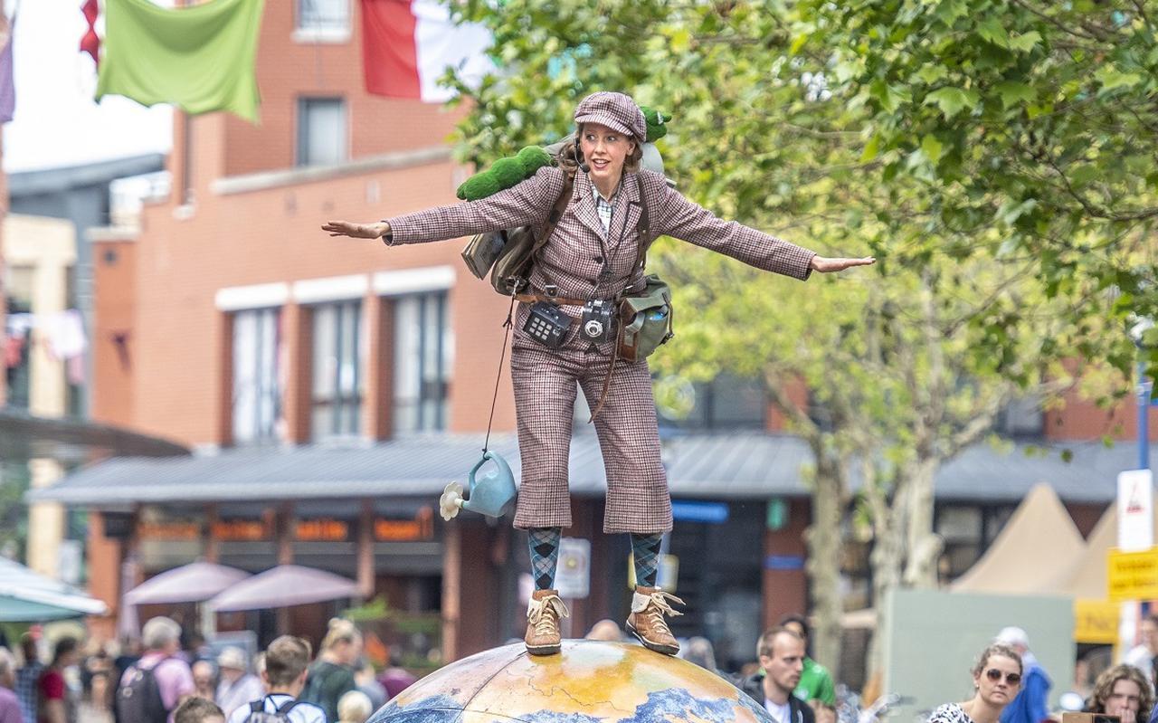 De Wereldbol Kunstenaar, een van de acts van het festival Art of Wonder in Assen, dat provinciegeld ontvangt.