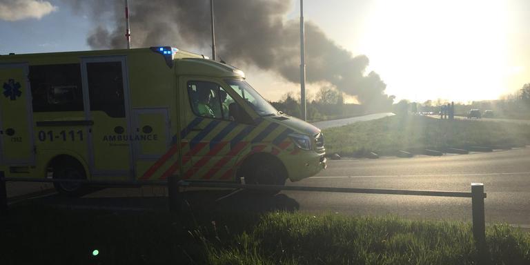 Ambulance op weg voor eventuele gewonden. Deze foto is genomen bij de Kloosterbrug in Winschoten. FOTO DVHN