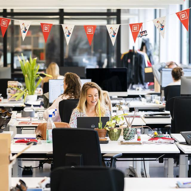 Medewerkers van online supermarkt Picnic op kantoor: thuiswerken pakt vooral negatief uit voor vrouwen.