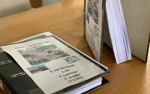 Mappen met e-mails die eerder aan de Asser wethouder Karin Dekker werden aangeboden. Foto: werkgroep Duurzaam Kloosterveen