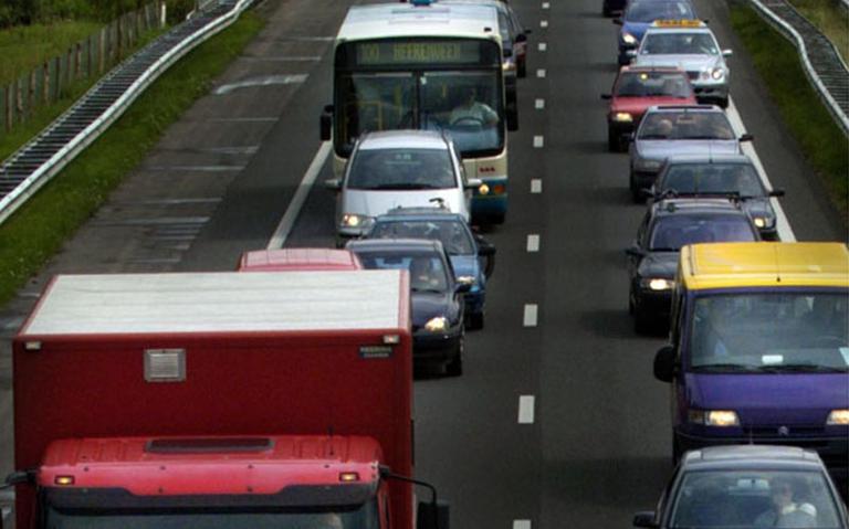 File op A28 door ongeluk, linkerrijstrook tussen Vries en Haren is dicht.