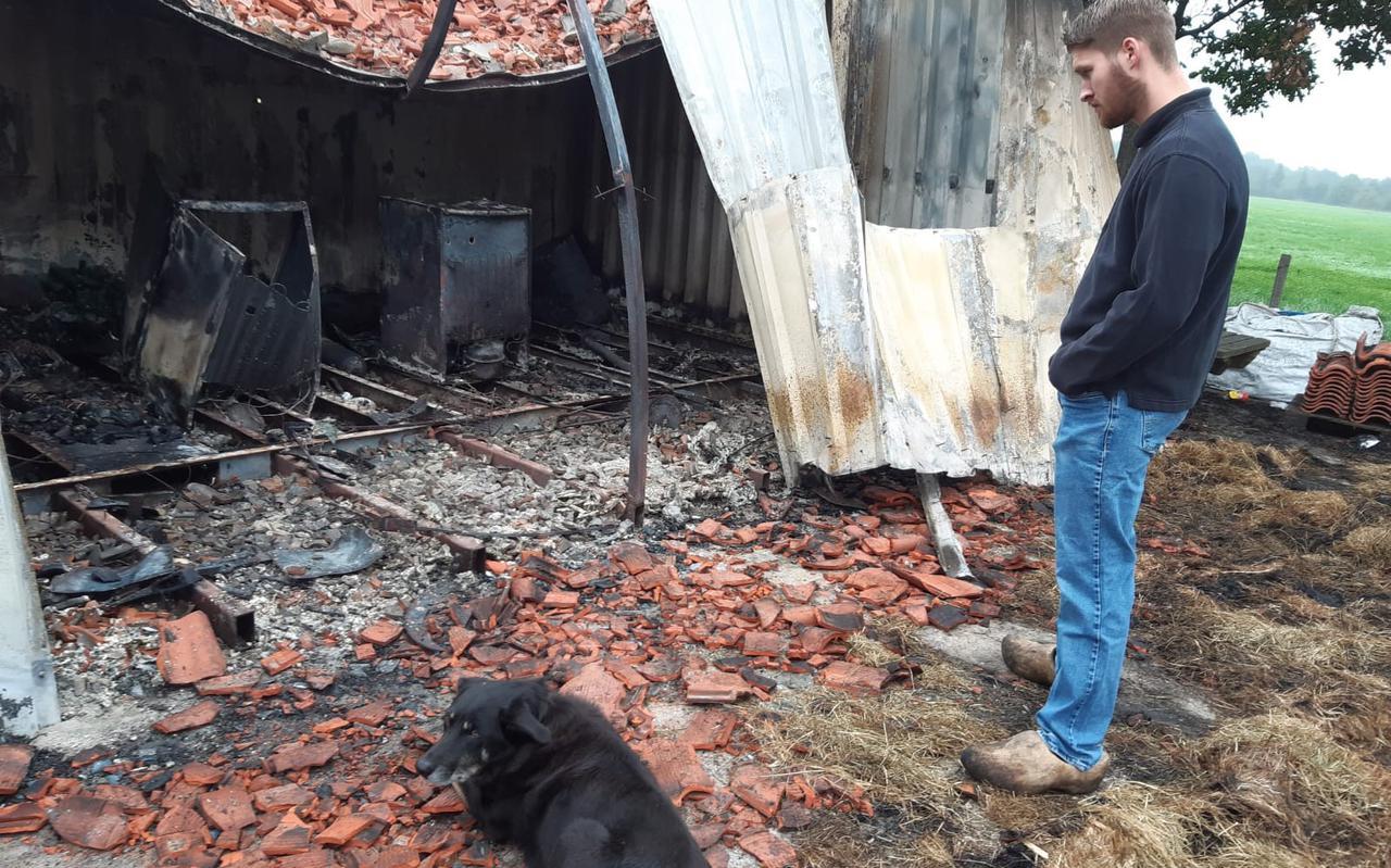 Joran Echten en keethond Jack bekijken de schade.
