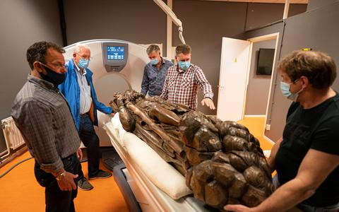 Van het beeld van de heilige Christoffel wordt in de Hanzehogeschool een scan gemaakt. Links radioloog Rienhart Wolf.