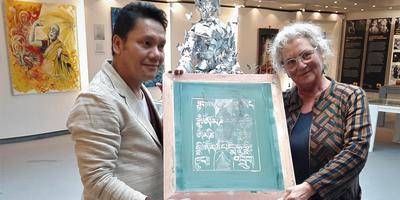 Mensinga overhandigde de verzameling originele Tibetaanse voorwerpen en vele tientallen boeken aan Tashi Norbu. Foto: Co Patist
