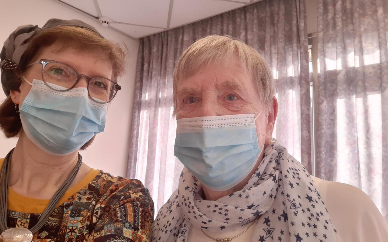 De uit Groningen afkomstige directeur Shoshannah Nasch en bewoonster Regina Duvenkot, eerder dit jaar in verzorgingscentrum Beth Juliana.