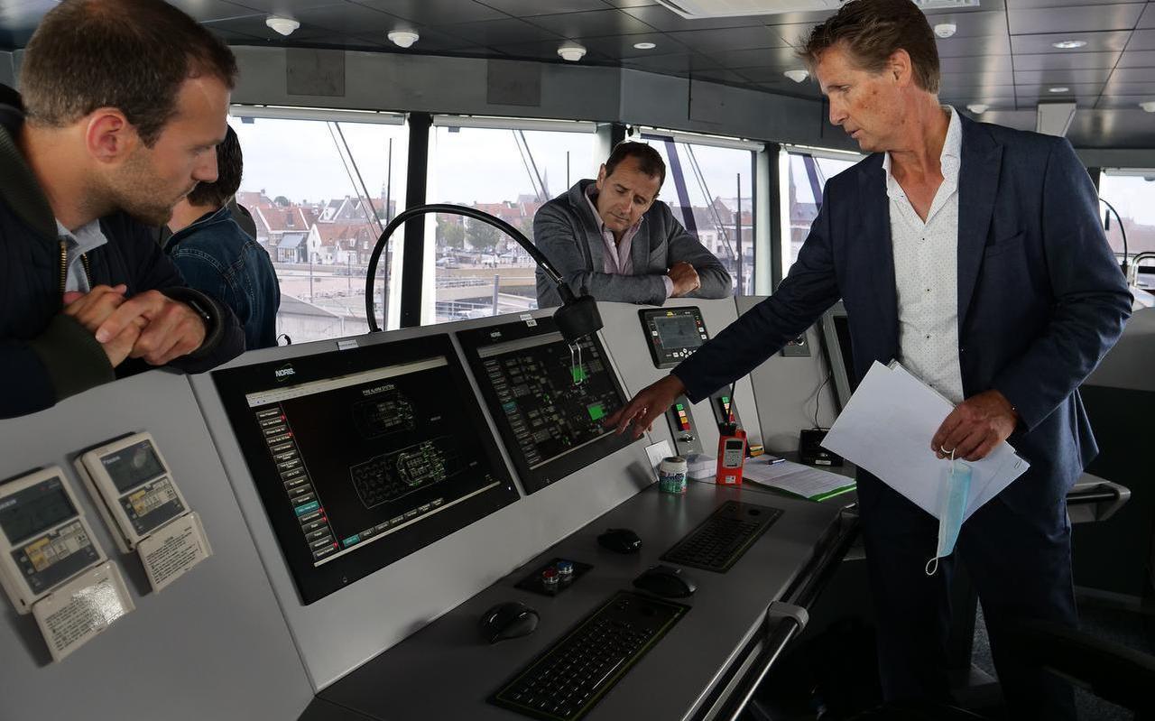 Doeksen-directeur Paul Melles geeft tekst en uitleg bij de geavanceerde apparatuur in de stuurhut.