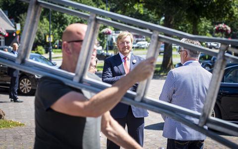 Glazenwasser Herman banjert in Borger met een ladder langs koning Willem-Alexander: 'Ik dacht: wat heb ik nou aan mijn fiets hangen?'