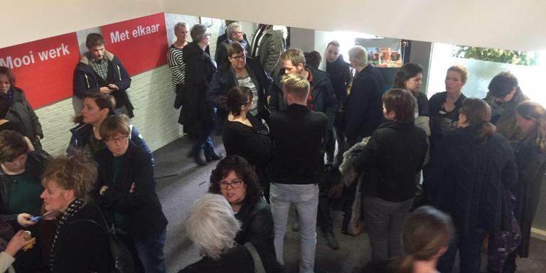 Medewerkers Vanboeijen overhandigen vandaag een petitie aan de raad van bestuur en de raad van toezicht. Foto: Hilbrand Polman.