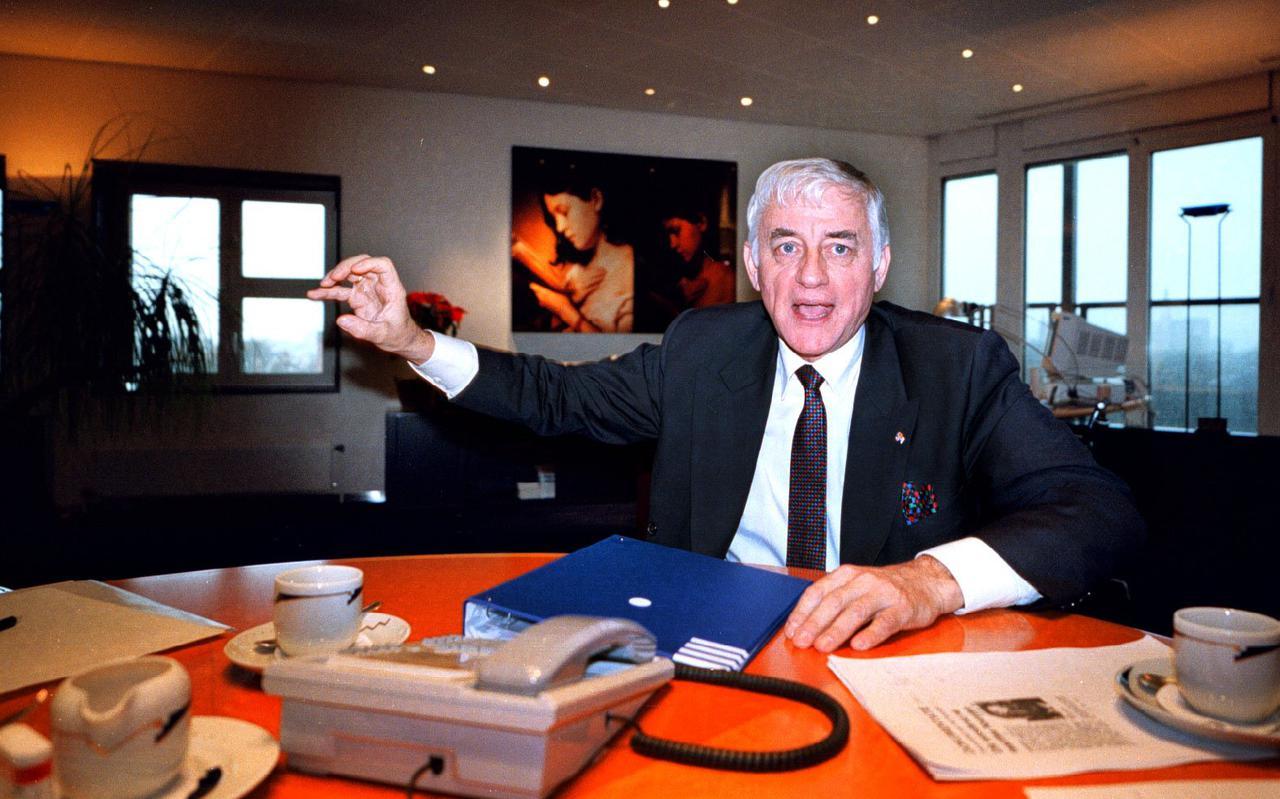 Topman Wim Dik in 1998 in zijn werkkamer in Groningen. Foto: Archief DvhN.