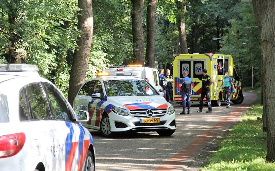 Scooterrijder gewond na ongeluk in Apeldoorn: slachtoffer met spoed naar ziekenhuis.