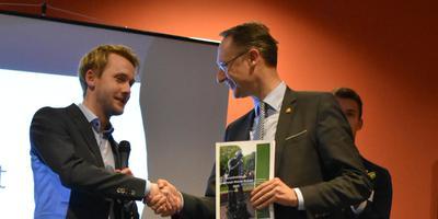 Burgemeester Jan Seton (rechts) van Borger-Odoorn neemt het onderzoeksrapport in ontvangst.