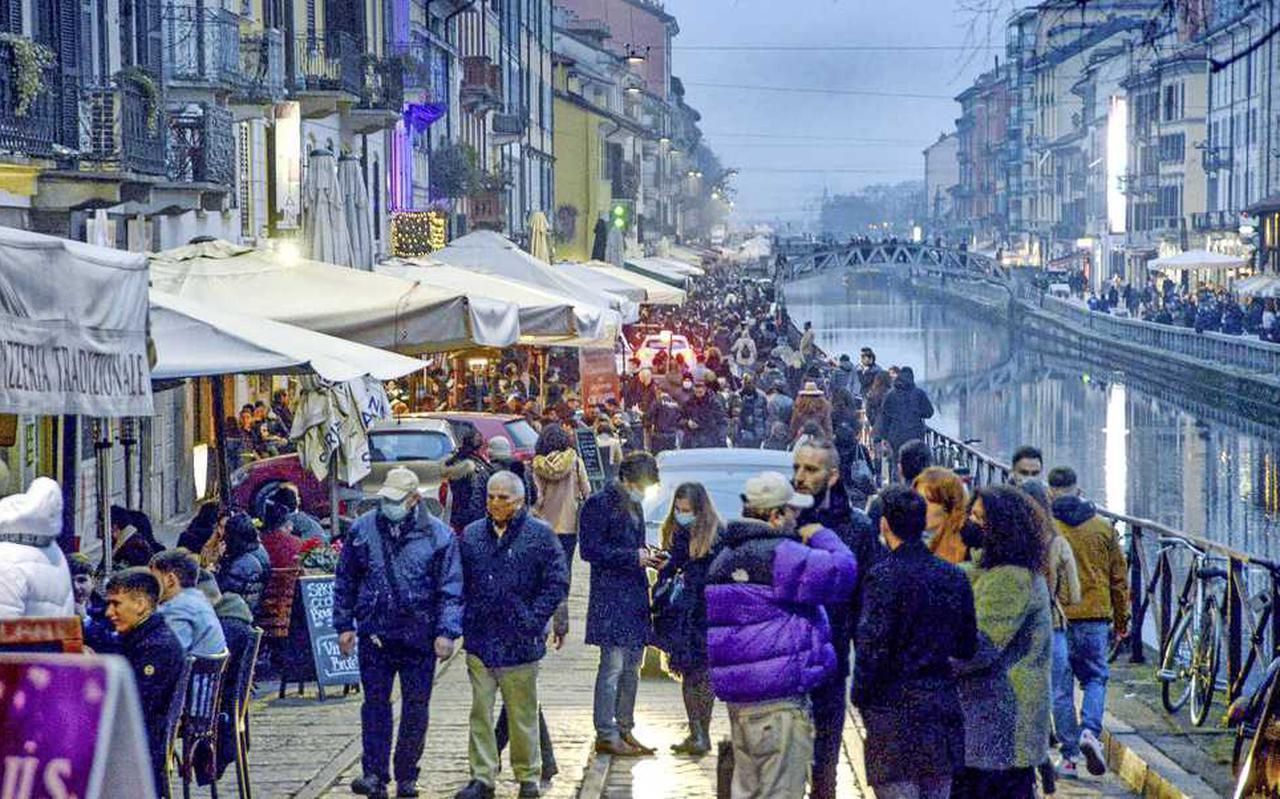 De versoepelingen in Italië zorgen voor wat gezelligheid op de straten, zoals hier in Milaan.